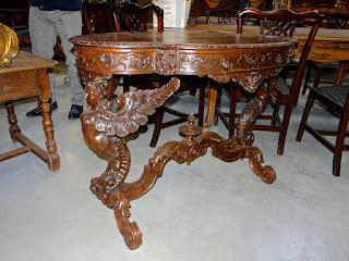 Овальный стол с резными ножками 19-й век. 4500 евро.