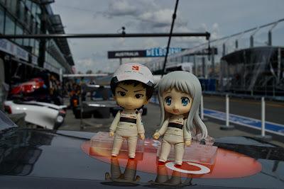анимешные фигурки Камуи Кобаяши и девушки с серебряными волосами на фоне Альберт-парка на Гран-при Австралии 2012