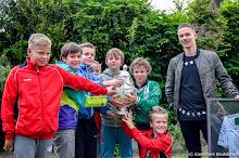 SEIZOEN 2014-2015 - WVV E2 - 27 MEI - WVV E-pupillen op de foto met Roland Baas #34 van FC Groningen