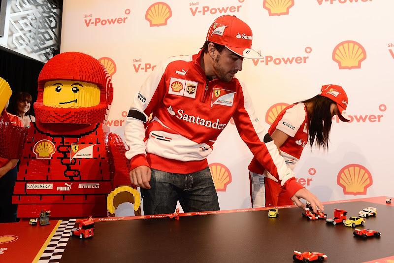 Фернандо Алонсо с детьми играют в лего Ferrari перед Гран-при Австралии 2013