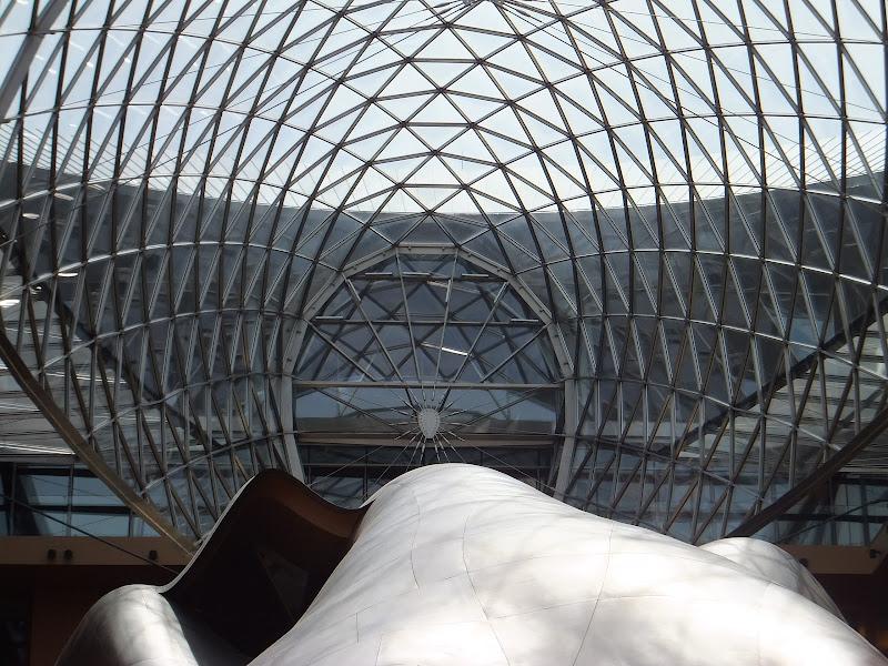 Hall del DZ Bank Berlín con la obra de Frank Gehry