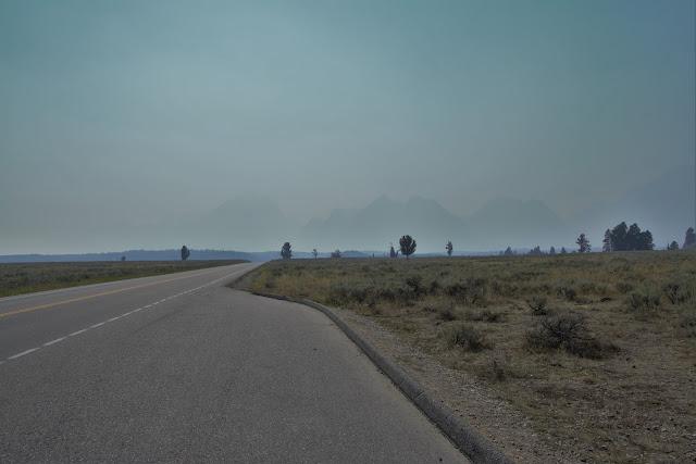 הרי הרוקי האדירים קילומטר ממני אפופים עשן.jpg