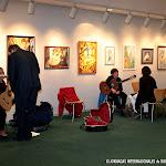Maestros de la guitarra y padres apoyando a los concursantes