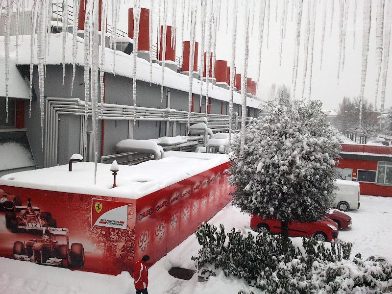 завод Ferrari под снегом и в сосульках в Маранелло 2 ферваля 2012