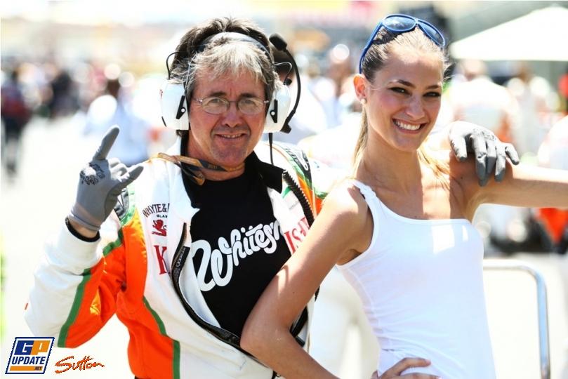 механик Force India Нил Дики с грид-герлой Валенсии на Гран-при Европы 2011