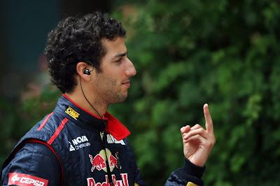 Даниэль Риккардо показывает средний палец на Гран-при Китая 2012