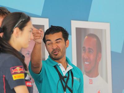 ведущий автограф-сесии на Гран-при Абу-Даби 2011