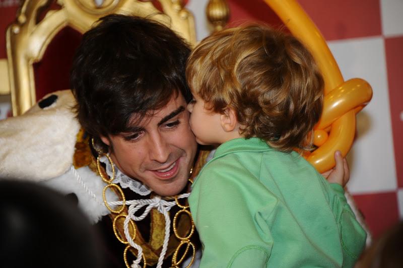 Фернандо Алонсо целует ребенок на рождественском мероприятии Santander Межсезонье 2011-2012