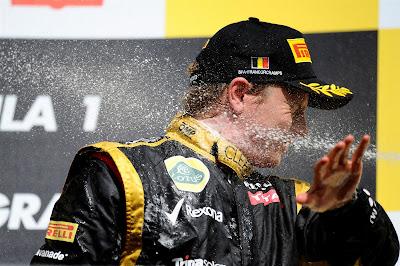 Кими Райкконен под атаками шампанского Себастьяна Феттеля на подиуме Гран-при Бельгии 2012