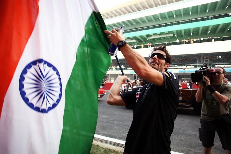 Марк Уэббер и индийский флаг на параде пилотов Гран-при Индии 2011