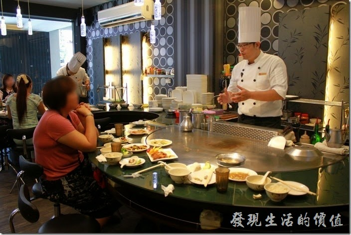 台南-椰如鐵板燒創意料理。正在跟客人條聊的的鐵板燒師傅。