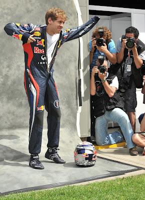 Себастьян Феттель одевает комбинезон на фотосессии Гран-при Австралии 2012