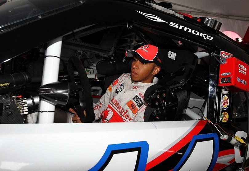 Льюис Хэмилтон в машине NASCAR Тони Стюарта Mobil 1 Office Depot Chevrolet в Уоткинс-Глене на Mobil 1 Car Swap 2011