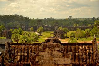 Widok z trzeciego poziomu Angkor Wat. W środku: biblioteka.