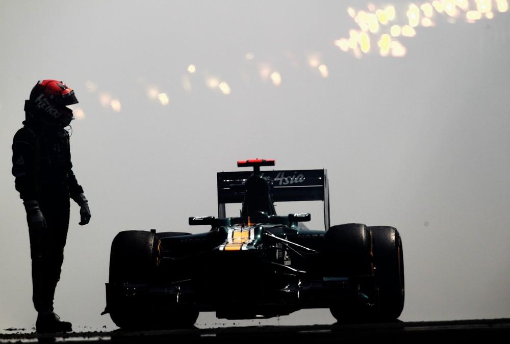 Хейкки Ковалайнен и его болид Caterham после взрыва мотора во время первой сессии свободных заездов на Гран-при Монако 2012