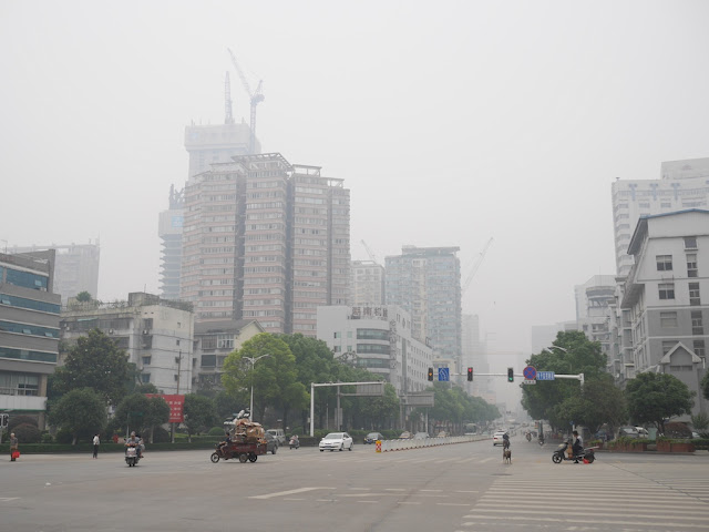 intersection of Remin West Road and Cai'e South Road in Changsha on a smoggy day