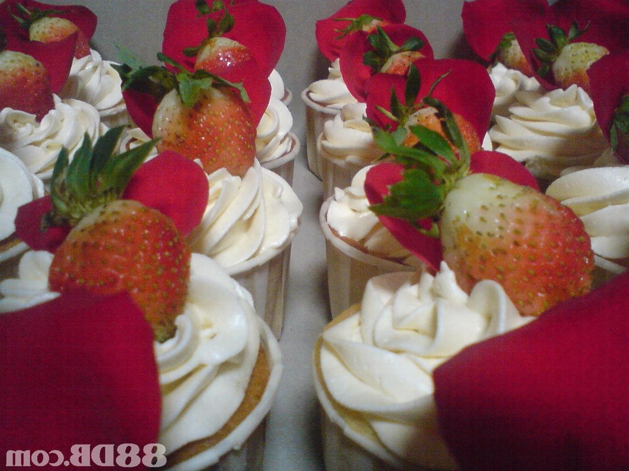 wedding cupcakes .