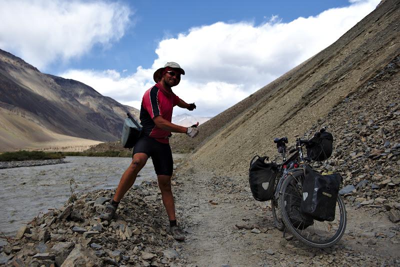 Alunecari de teren si push-bike pe marginea raului involburat.