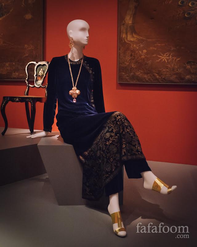 Oscar de la Renta, Evening ensemble: tunic and pants, Fall 1997.
