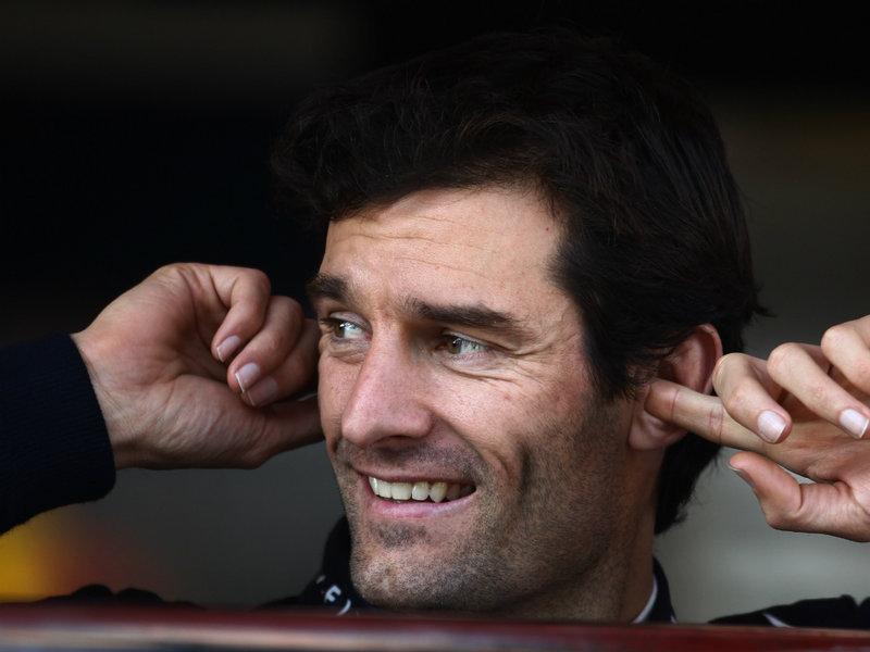 улыбающийся Марк Уэббер затыкает уши на предсезонных тестах 2012 в Барселоне 24 февраля 2012