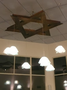 המנורה מאירה את האולם בערב. The chandelier is lighing the room in the evening.