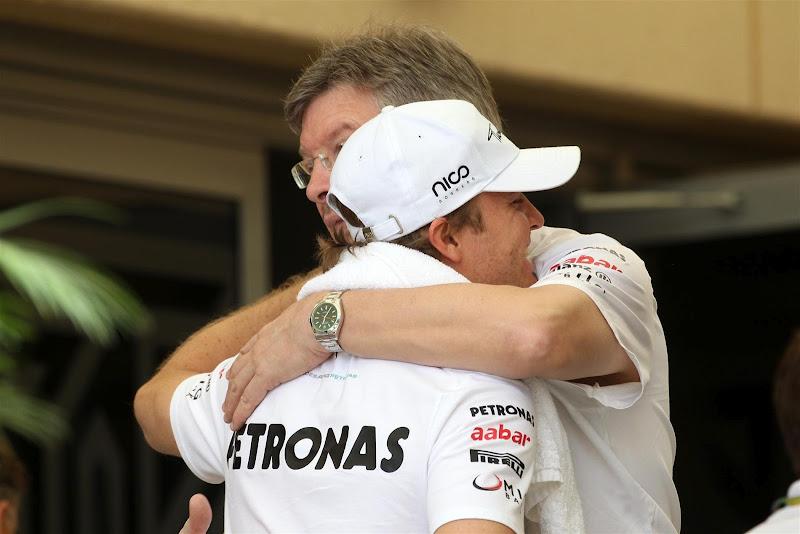 Нико Росберг и Росс Браун обнимаются на Гран-при Бахрейна 2012