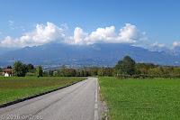 Auf der Nordrampe des Passo Praderadego (910m). Blick ins Tal der Piave nach Santa Giustina.
