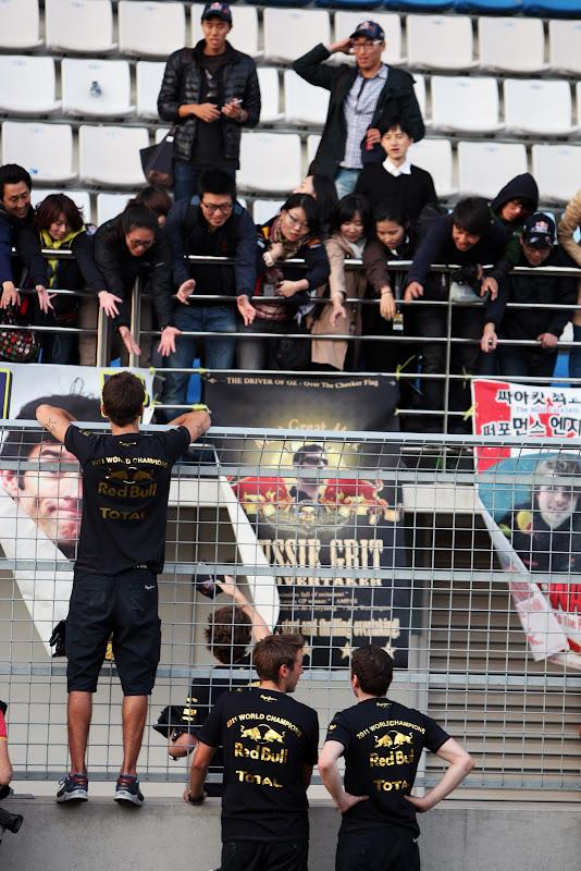 механики Red Bull заимствуют у своих болельщиков плакаты на Гран-при Кореи 2011