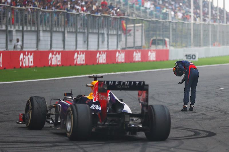 Себастьян Феттель поклоняется болельщикам после финиша Гран-при Индии 2013