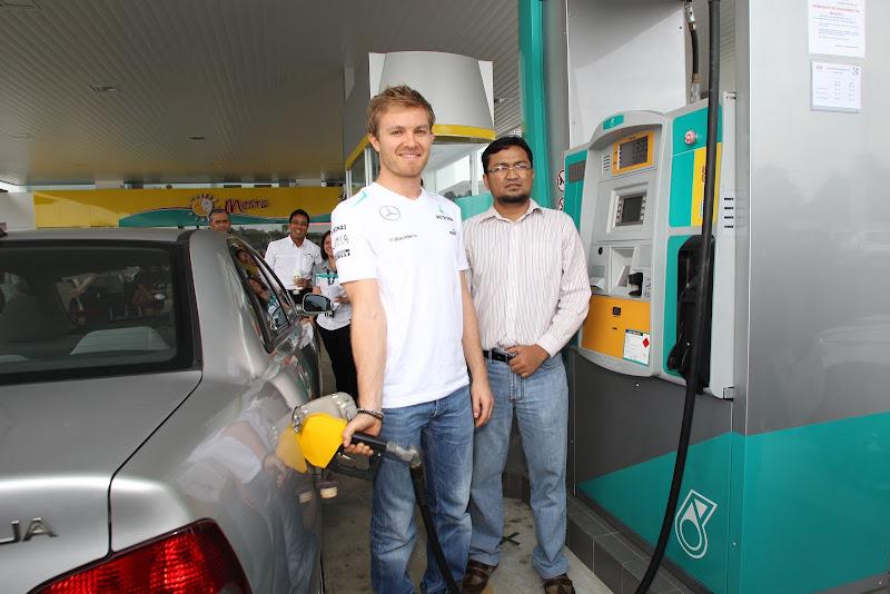 Нико Росберг заправляет машину на заправке Petronas перед Гран-при Малайзии 2013