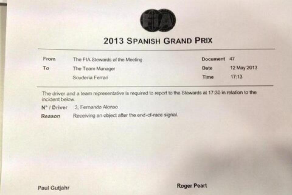 повестка FIA для Фернандо Алонсо за подобранный флаг на круге возвращения после победы на Гран-при Испании 2013