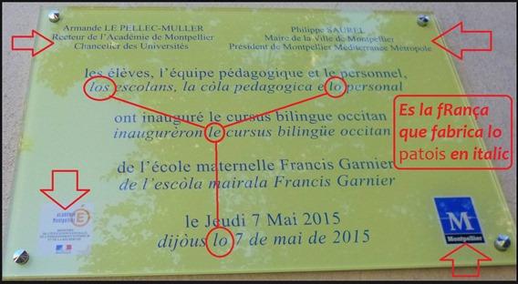 una placa tota plena de simbòl francés