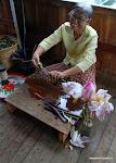 Odwiedzamy warsztat wyrobu tkanin. Przed nami cudowna zamiana lotosu w nić.