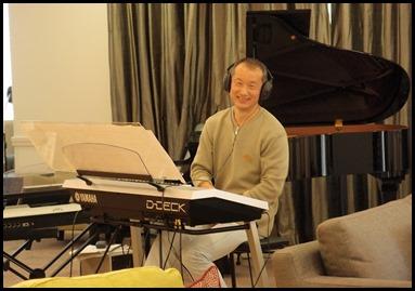 Taka Iida preparing to play his Yamaha Electone D-Deck. Photo courtesy of Dennis Lyons.