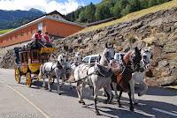 """Im Ort Airolo. Für Feriengäste ist die Postkutschenfahrt durch das Val di Tremola auf den Gotthardpaß im Angebot. Wegen des Kopfsteinpflasters und der schlechten Kutschenfederung war/ist die Fahrt sehr holprig. Deswegen wird das Val di Tremola auch als """"Tal des Zitterns"""" genannt."""