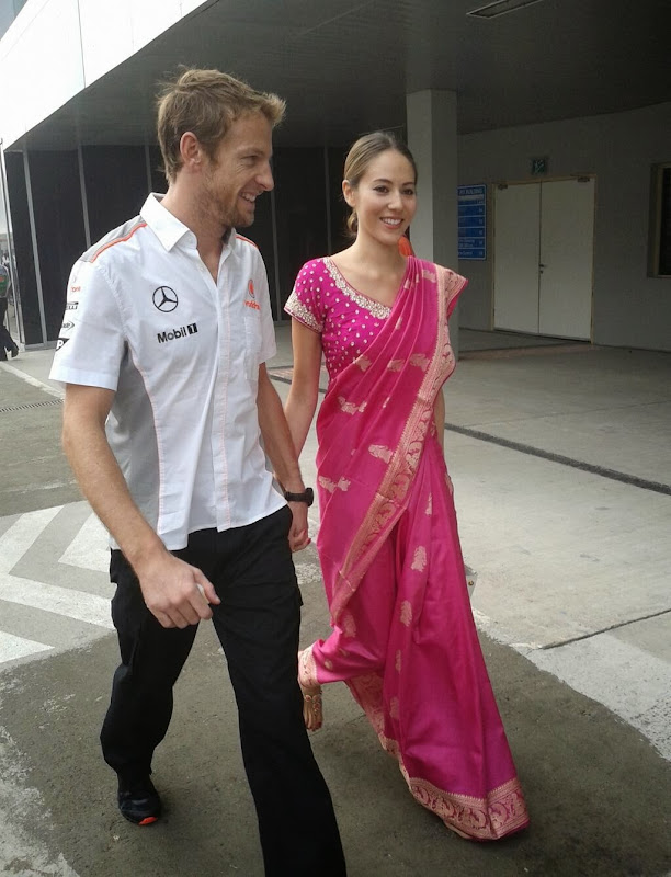 Дженсон Баттон и Джессика Мичибата в традиционном платье на Гран-при Индии 2013