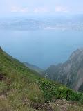Arrivée sur la crête amenant au Grammont – ... à 2030 m d'altitude. 140 m plus haut et 20 minutes plus tard, on sera au sommet ! – Vue plongeante époustouflante sur le Léman...
