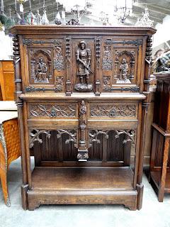 Красивый шкаф в ГОТИЧЕСКОМ стиле. ок.1880 г. 120/50/160 см. 3900 евро.