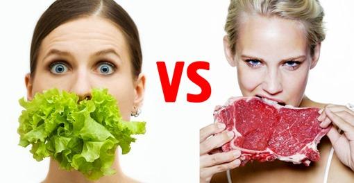 Две девушки, одна есть салатный лист, другая - мясо куском