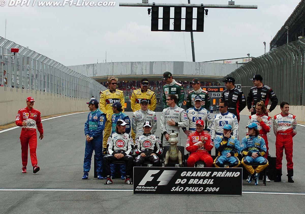 Михаэль Шумахер идет на фотосессию по случаю окончания сезона на Гран-при Бразилии 2004