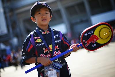 болельщик Red Bull с леденцом механика на Гран-при Японии 2013