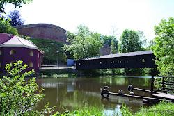 Krytá lávka pro pěší na tomto místě je 40 m dlouhá a 3 m široká. Původní lávka byla zničena na konci 2. sv. války,o několik let později byla obnovena a roku 1985 se dočkala ocelové konstrukce.
