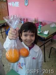 Claudia fa merenda con le arance