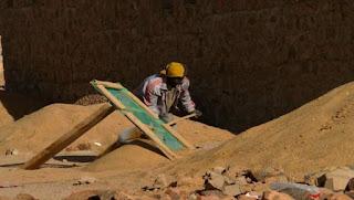 Tamanrasset : des femmes se spécialisent dans la collecte de graviers pour faire face aux contraintes de la vie
