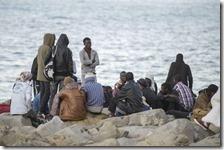 Migranti sugli scogli a Ventimiglia
