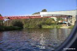 Nově budovaná lávka mezi Mostem napravo a Svatavou vlevo.