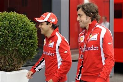 Фелипе Масса и Фернандо Алонсо идут по паддоку Гран-при Венгрии 2011