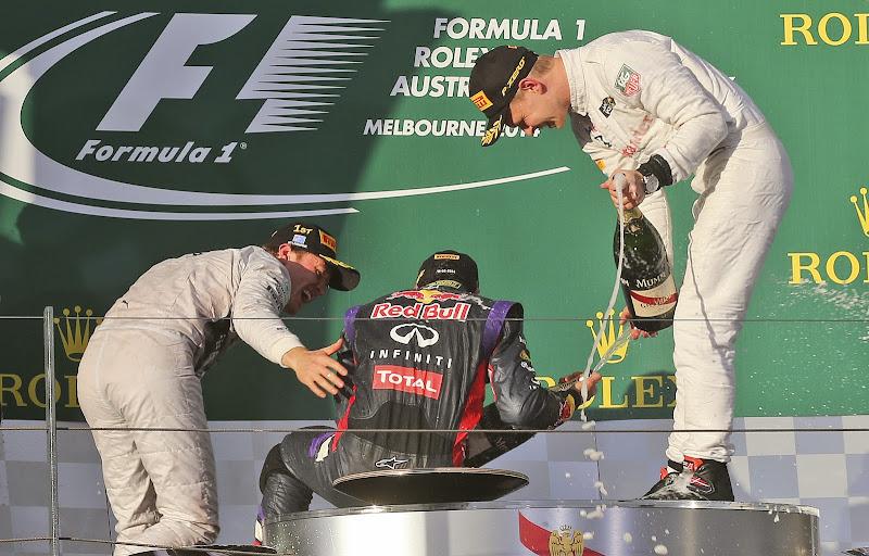 падение Даниэля Риккардо в стиле Марка Уэббера на подиуме Гран-при Австралии 2014