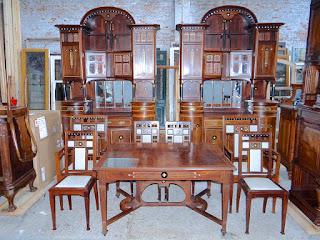 Редкий гарнитур в стиле Арт Деко. ок.1900 г. Два буфета, раскладной стол, два кресла, четыре стула, настенное зеркало. 16000 евро.