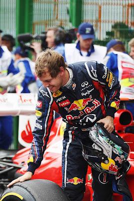 Себастьян Феттель гладит свою резину Pirelli после квалификации на Гран-при Бразилии 2011